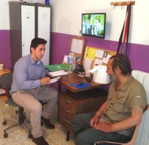 En Diego, atenent un usuari de l'alberg (Foto: cedida).